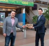 'Heel S.V. Nieuwkoop Bakt' taart overhandigd aan burgemeester van Duijn